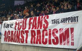 Fans vom FC Utrecht mit ihrem neuen Transparent gegen Rassismus.