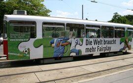"""""""Die Welt braucht mehr Fairplay.""""-Werbung auf Straßenbahnlinie 38"""