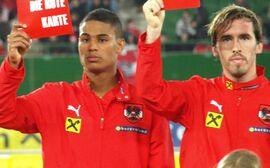 Rubin Okotie und Christian Fuchs zeigen Rassismus die Rote Karte.
