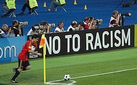 """""""No to Racism""""-Bande im Ernst Happel-Stadion."""