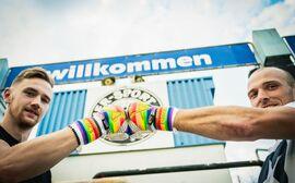Alex Kniezanrek und Florian Prögelhof zeigen Regenbogen-Handschuhe von X-One Keeper (C) Christopher Glanzl