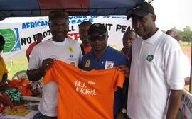 Abedi Pele und Segun Odegbami beim FARE-Stand in Tema/Ghana.